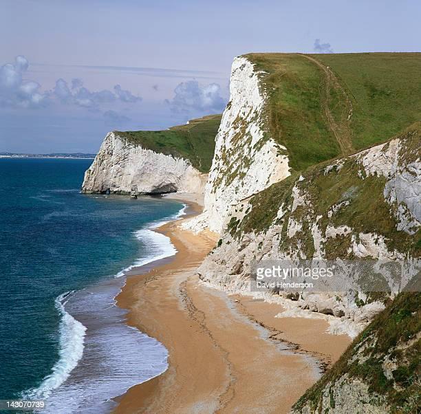 white cliffs overlooking beach - südostengland stock-fotos und bilder