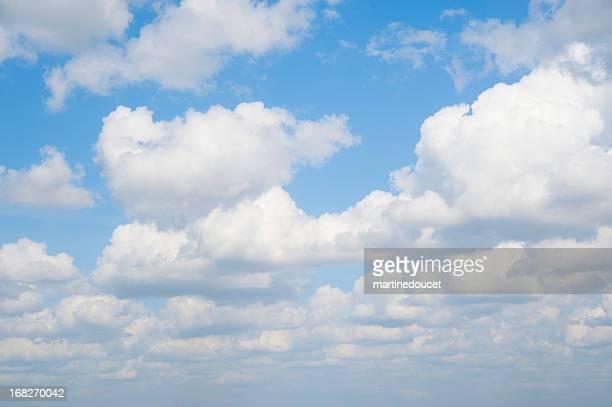 """nuvole bianche nel cielo azzurro. - """"martine doucet"""" or martinedoucet foto e immagini stock"""
