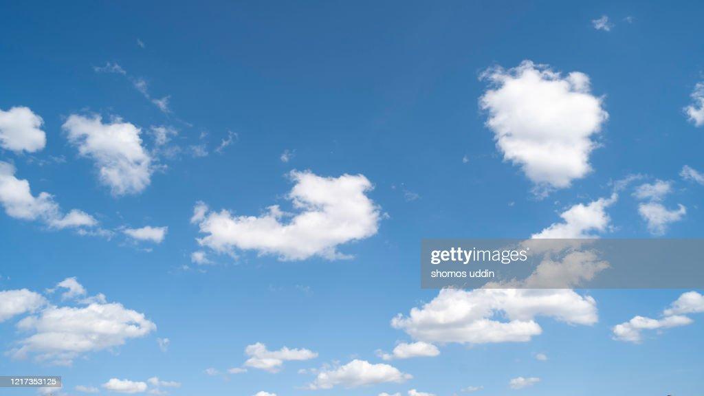 White colour clouds against blue sky : Foto stock