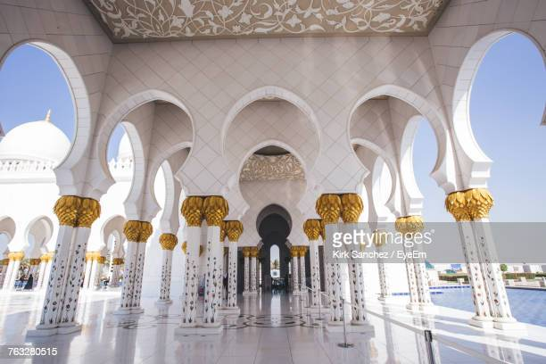 white columns in sheikh zayed mosque - sheikh zayed mosque stock pictures, royalty-free photos & images
