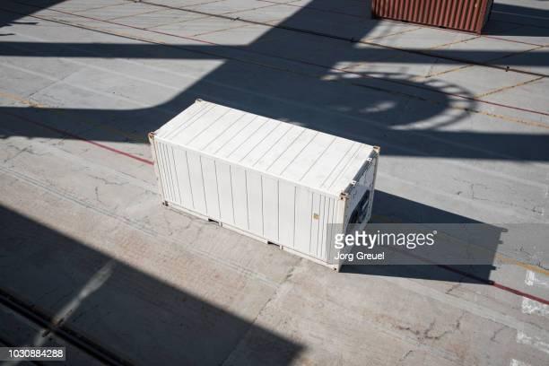 white container at container port - behälter stock-fotos und bilder