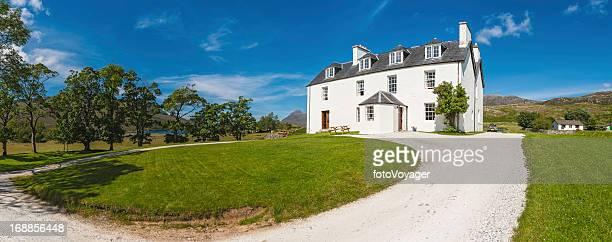 White Land Haus mit grünen Rasen im malerischen Ländliche Lage