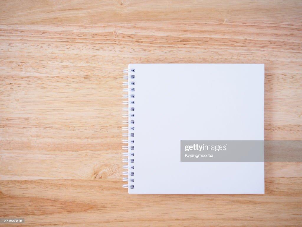 Weiße Abdeckung Notebook Auf Braunen Holz Schreibtischhintergrund