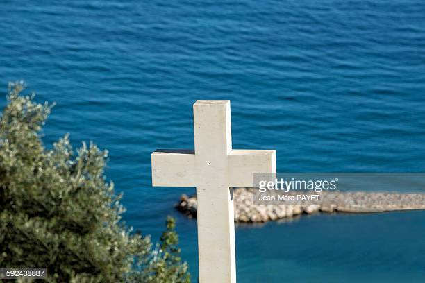 white cross in cemetery above the sea - jean marc payet stock pictures, royalty-free photos & images