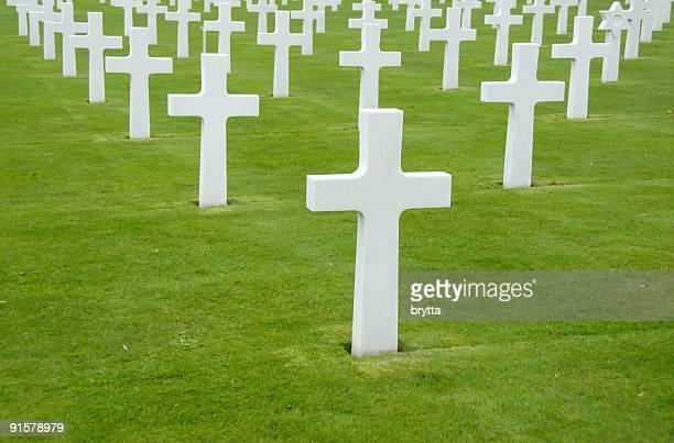 white crosses at world war ii cemetery,colleville-sur mer,france. - haute normandie stockfoto's en -beelden
