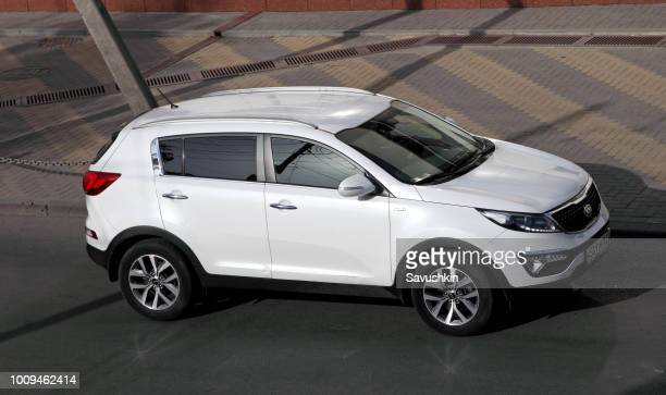 white crossover kia - kia stock pictures, royalty-free photos & images