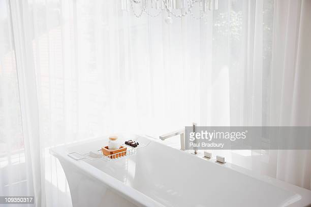 Weiße Vorhänge, moderne Badewanne im Badezimmer