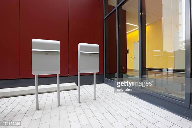 Weißes design Briefkasten, einen modernen Look.