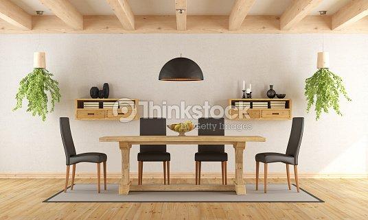 Bianco Sala Da Pranzo Con Tavolo Rustico Foto stock  Thinkstock