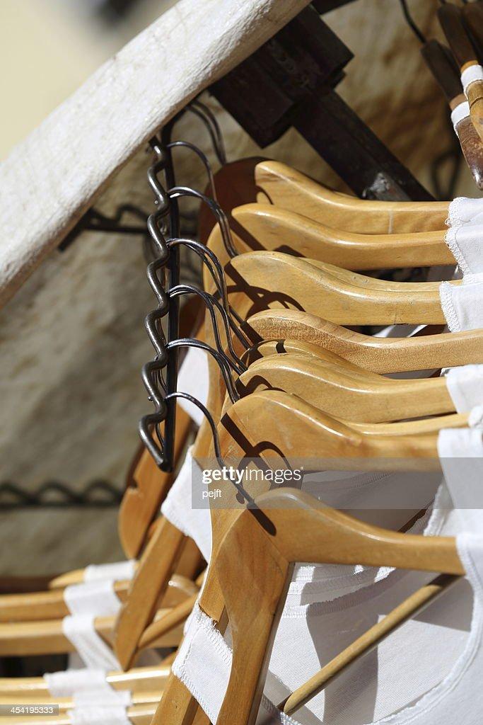 Vestidos de branco hangers para venda : Foto de stock