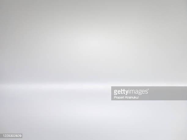 white empty display table - white background stockfoto's en -beelden