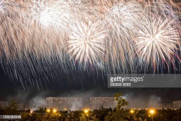 white fireworks light up the sky - quarta feira - fotografias e filmes do acervo