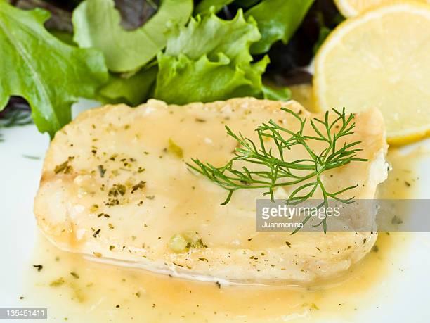filete de pescado blanco de limón y salsa de hierbas - merluza fotografías e imágenes de stock