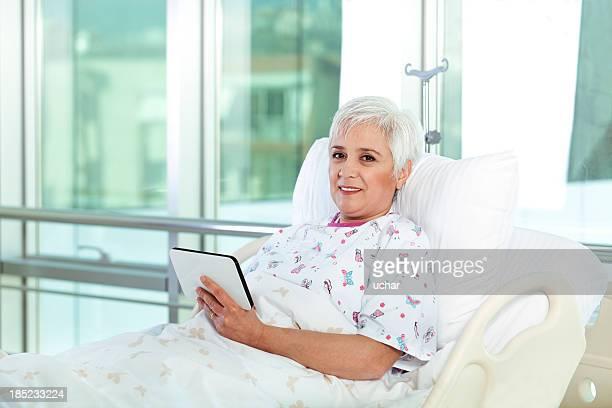 Weißes Haar Patienten im Bett mit tablet im Krankenhaus