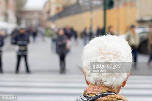 white hair - paso de cebra fotografías e imágenes de stock