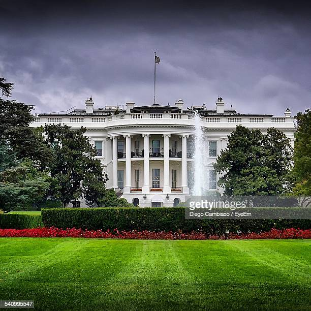 white house against cloudy sky - la maison blanche photos et images de collection