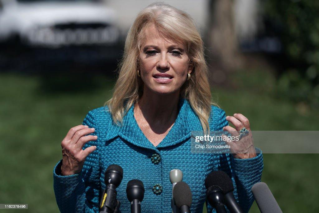 White House Advisor Kellyanne Conway Speaks To Media : Foto jornalística