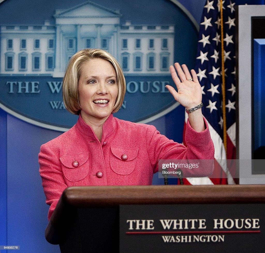 White House Press Secretary Dana Perino waves goodbye follow : News Photo