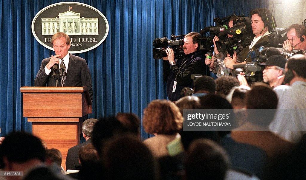 White House Press Secretary Mike McCurry, surround : News Photo
