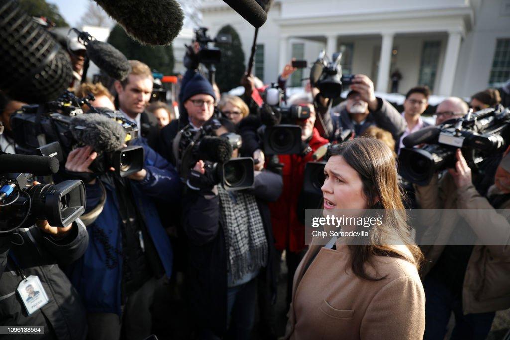 Press Secretary Sarah Sanders Talks To Reporters Outside The White House : ニュース写真
