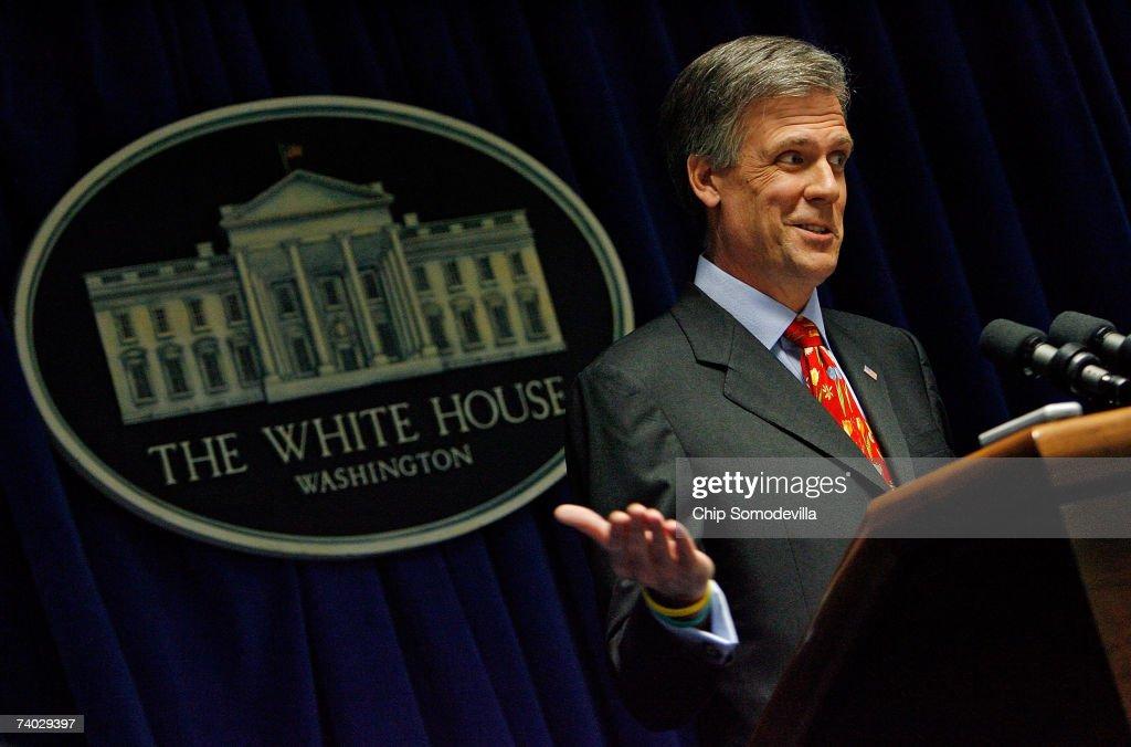 Press Secretary Tony Snow Returns To Work At White House : ニュース写真