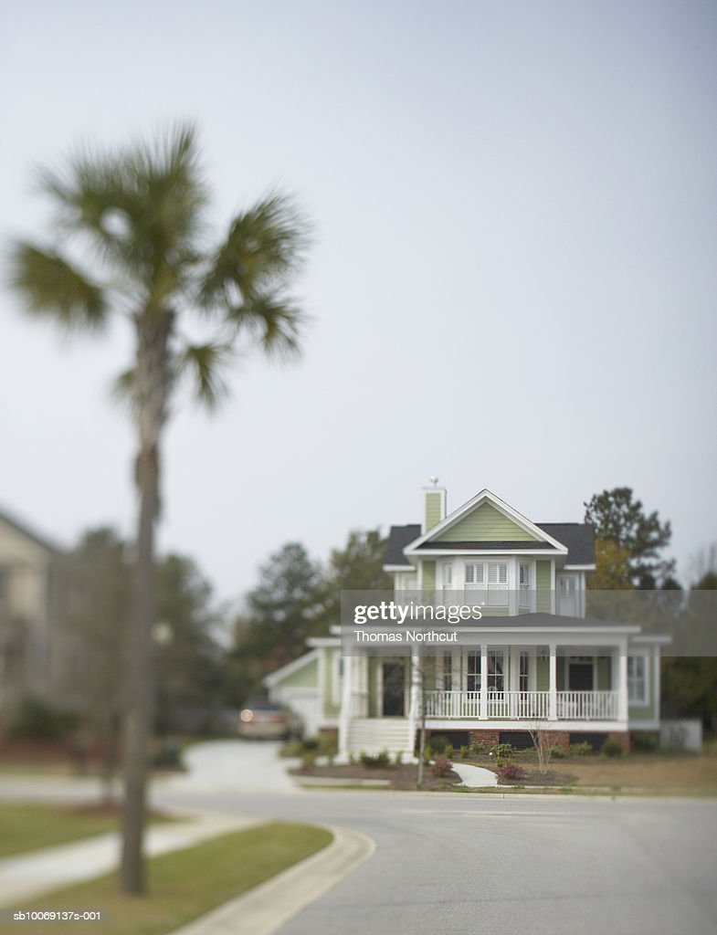 White house with porch, differential focus : Stockfoto