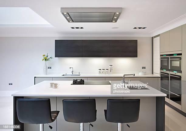 white kitchen island - afzuigapparaat stockfoto's en -beelden