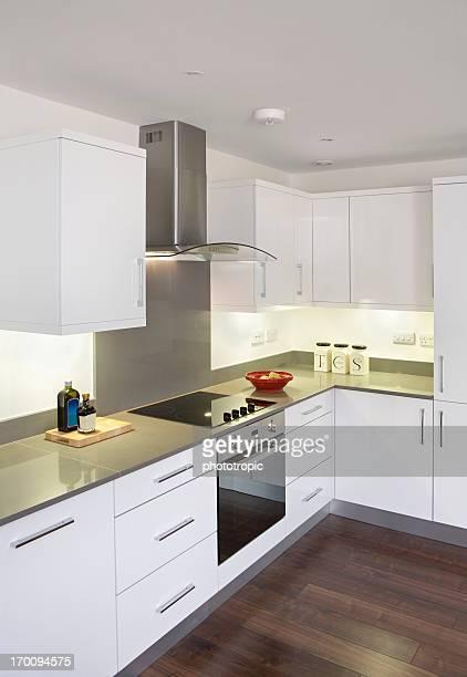 Blanco cocina con piso de madera
