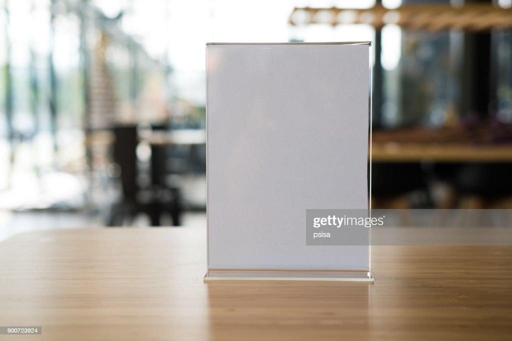 etiqueta branca no café. carrinho de exposição para cartão tenda acrílica na cafeteria. quadro de menu maquete na mesa no bar restaurante. : Foto de stock