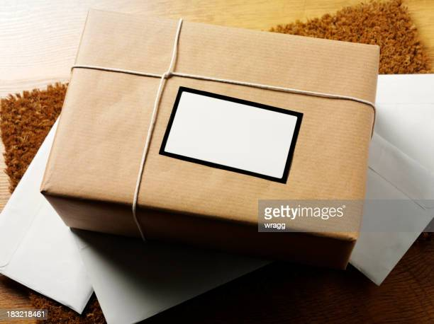 ホワイトにブラウンの小包のラベル