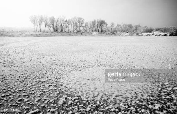 white landscapes - frozen lake with ice patterns in winter. - robb reece stock-fotos und bilder