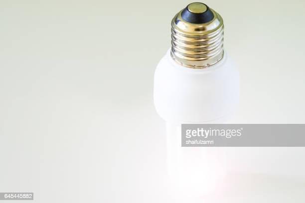white light bulb on white background - shaifulzamri photos et images de collection