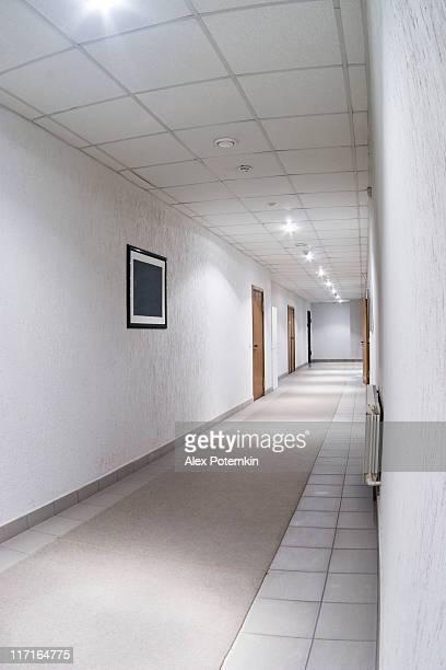 Bianco lungo corridoio in Edificio per uffici
