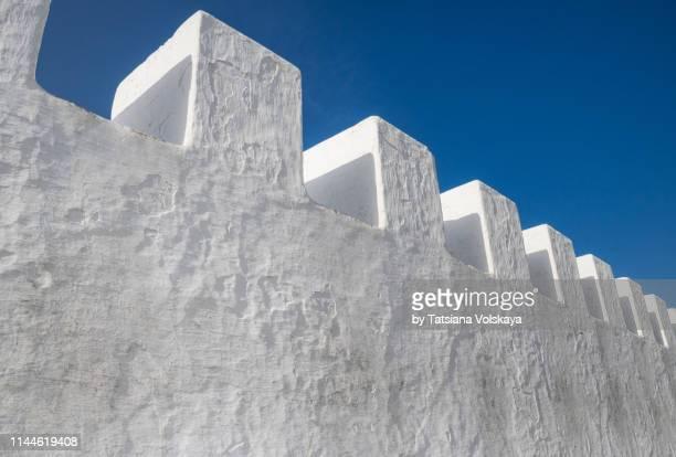 white minimal architeture background, asilah, morocco - verdedigen stockfoto's en -beelden