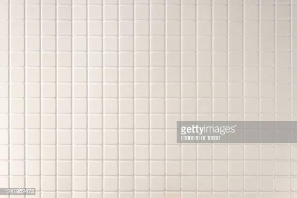 white mosaic tiles wall abstract background texture. close up. selective focus. copy space. - carré forme bidimensionnelle photos et images de collection