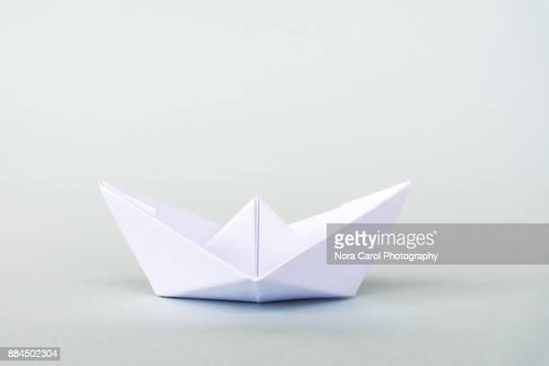 white paper boat - origami fotografías e imágenes de stock
