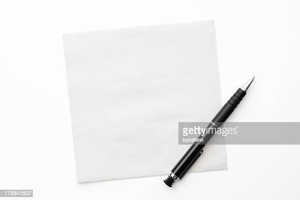 Weißbuch Serviette mit Stift auf weißem Hintergrund.