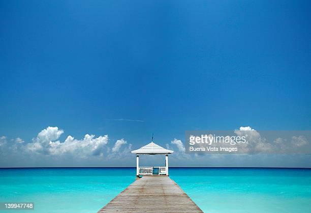 white pavilion over a turquoise sea - ナッソー ストックフォトと画像