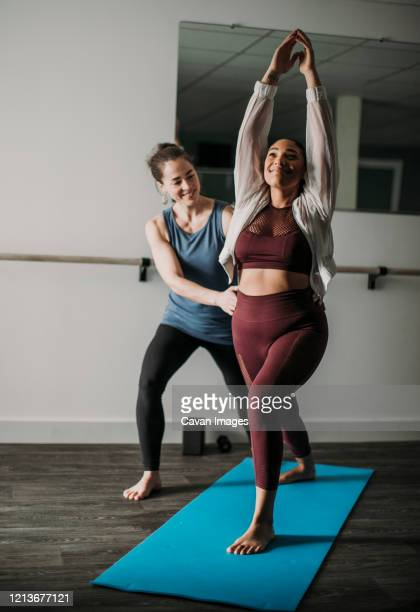 white personal trainer helps african american woman workout at gym - individual event stock pictures, royalty-free photos & images