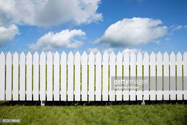 white picket fence - hek stockfoto's en -beelden