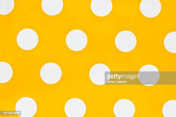 white polka dots on yellow - bolinha imagens e fotografias de stock