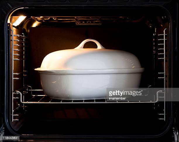 Weiße Porzellan baking dish mit Deckel im offenen owen
