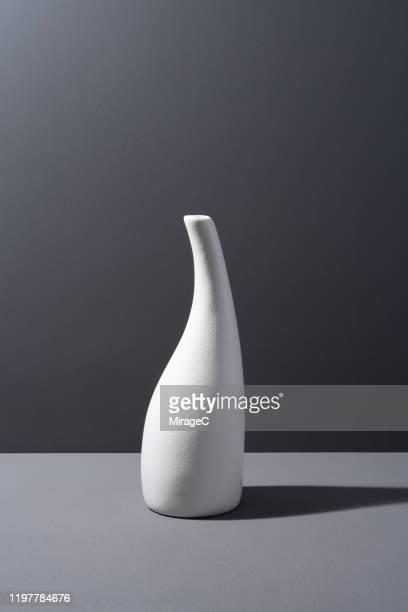 white porcelain empty vase - decoración objeto fotografías e imágenes de stock