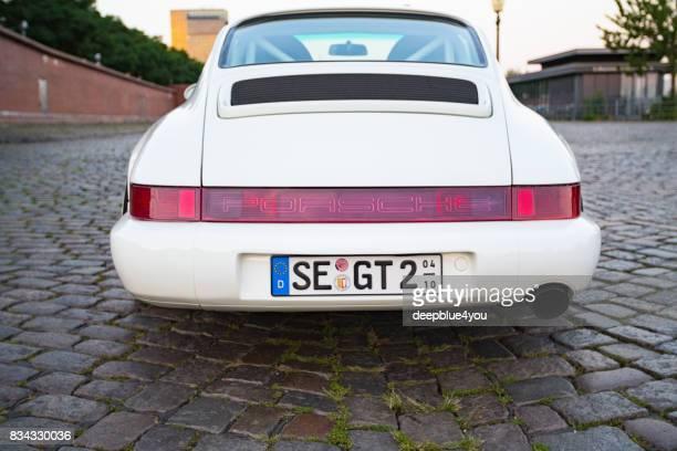 blanco porsche 911 carrera aparcado durante el evento con magnus walker en el mercado de pescado hamburgo - porsche 911 descapotable fotografías e imágenes de stock