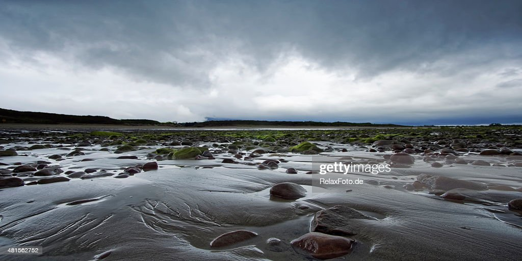 Brancos pedras na praia, na Irlanda do Norte : Foto de stock