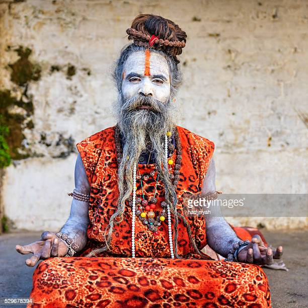 Bianco Sadhu-indian holyman seduto nel tempio