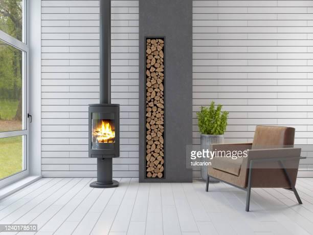 witte scandinavische woonkamer met eco open haard - opwarmen stockfoto's en -beelden