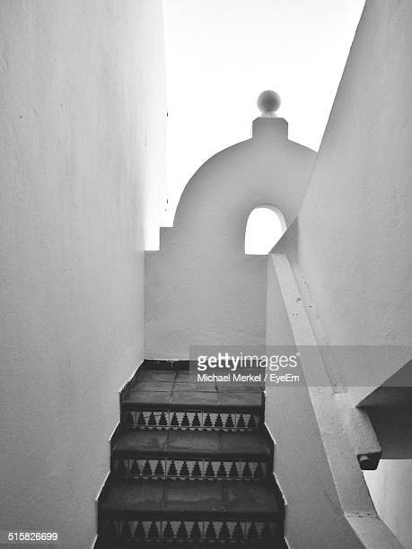 white staircase - boog architectonisch element stockfoto's en -beelden