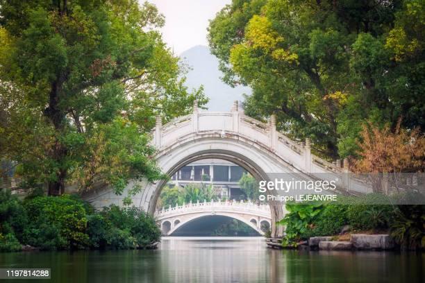 white stone arche bridges on ronghu lake - ponte ad arco foto e immagini stock