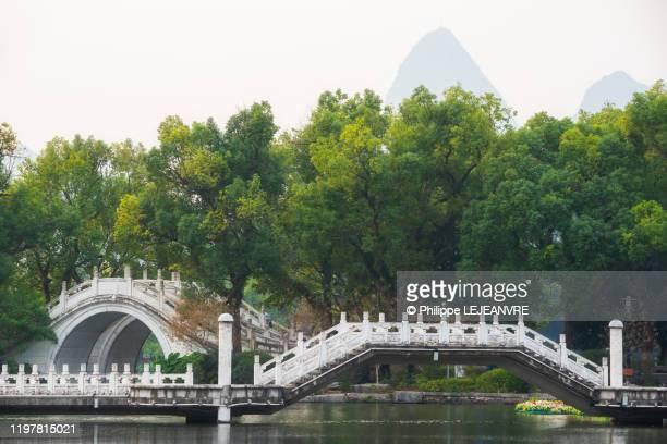 white stone bridges on ronghu lake - ponte ad arco foto e immagini stock